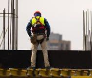 Klättrare med hammaren på materialet till byggnadsställning Royaltyfria Bilder
