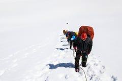 Klättrare på bergtoppmötet royaltyfri fotografi