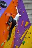 Klättrare på den konstgjorda klättringväggen Royaltyfri Fotografi