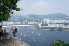 Klättrare på det Sugerloaf berget, Rio de Janeiro Royaltyfria Foton