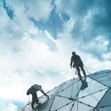 Klättrare på en skyskrapa fotografering för bildbyråer