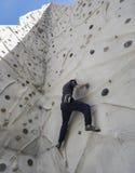 Klättrare på klättringväggen Arkivbild