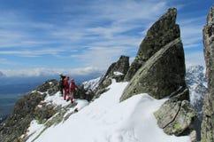 Klättrare på vagga och snöalpinistrutten Royaltyfri Bild