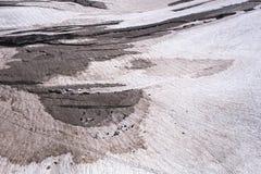 Klättrare som öva sprickaräddningsaktionen på den alpina glaciären i sommar Arkivfoton