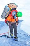 Klättrare som abseiling från bergmaximumet Klättring och mountaine Arkivfoton