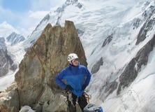 Klättrare som ser på snöalpinistrutten royaltyfri foto