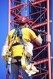 Klättrare som stiger det cell- tornet Arkivbild