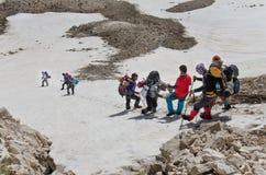 Klättrare som stiger ned från bergtoppmöte Royaltyfri Foto