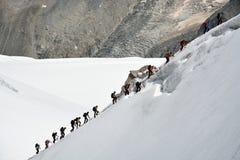 Klättrare som tillbaka går tillbaka till Aiguille du Midi från Mont Blanc Arkivbilder