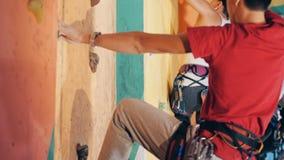 Klättrare som utbildar på en vägg, sidosikt stock video