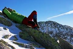 Klättrare som vilar på ett maximum i Retezat berg, Rumänien Arkivfoton
