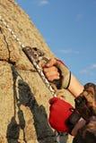 klättrareutrustning hands rockworking Arkivbild