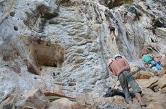Klättring eller bergsbestigning på Krabi Thailand Royaltyfri Foto
