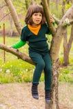 Klättring för litet barn i trädet Royaltyfri Bild