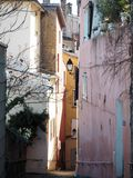Klättring i smala gator i gamla Lyon, Frankrike royaltyfria foton