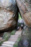 Klättring till överkanten av Sigiriya vaggar Arkivbilder