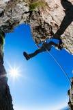 klättringen knyter rockrep två Manlig klättrare på en brant stenig klippa arkivbilder