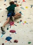 klättringflickavägg royaltyfria foton
