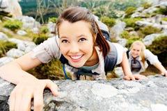 klättringfotvandrarekvinna royaltyfri bild