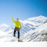 Klättringframgång i snöig berg för vinter Arkivfoto