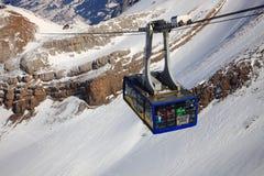 klättringgondolberg skidar Arkivfoton