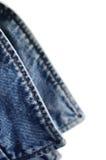 Klår upp indigoblå jeans för grov bomullstvill kragen, isolerad makrocloseup Arkivfoton