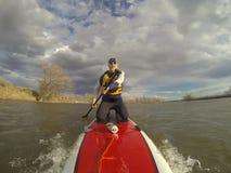 Klęczeć dalej stoi up paddleboard Fotografia Royalty Free