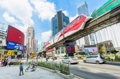 KL het openbare vervoer die van de monorailtrein door het gebied van Bukit overgaan Bintang De mensen kunnen het gezien onderzoek Stock Afbeelding