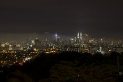 Kl-stad på natten från ett avstånd arkivfoto