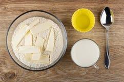 Klaar bloemmengsel met boter voor muffins in kom, siliconevormen, kop van melk, lepel op lijst Hoogste mening royalty-vrije stock fotografie