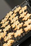 Klaar gesteunde koekjes op een rek royalty-vrije stock afbeeldingen