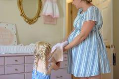 Klaar het helpen voor de nieuwe baby worden Stock Afbeelding