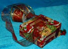 Klaar het worden voor Kerstmis Gift het verpakken Gift, schaar, galant Royalty-vrije Stock Foto's