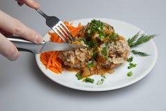Klaar luie koolbroodjes, vleesballetjes op een witte plaat Stock Fotografie
