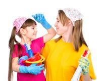 Klaar mamma en dochter schoongemaakt in het huis Geïsoleerd op wit stock foto's