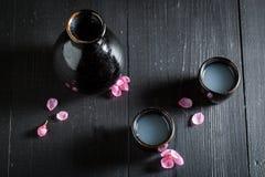 Klaar om belang in het Japanse restaurant te drinken stock foto