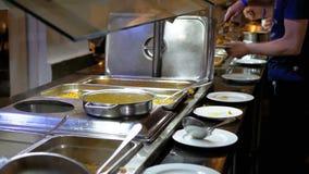 Klaar om Maaltijd op de Teller in Eetkamerzelfbediening te eten buffet stock footage