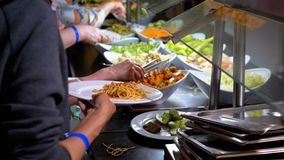 Klaar om Maaltijd op de Teller in Eetkamerzelfbediening te eten buffet stock videobeelden