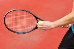 Klaar om tennisbal te dienen Stock Afbeelding
