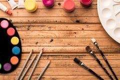 Klaar te schilderen Artistieke materialen: waterverf en borstels op een houten lijst Copyspase Hoogste mening Kader royalty-vrije stock afbeelding