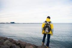 Klaar toeristen het materiaal onderzoekt goed Skandinavisch of noords land Het concept van de toeristenreiziger Toerist op overze stock afbeelding