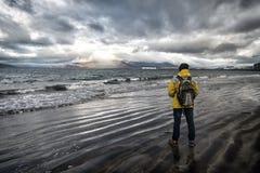 Klaar toeristen het materiaal onderzoekt goed Skandinavisch of noords land Toerist op overzeese achtergrond Warme de slijtage van royalty-vrije stock foto's