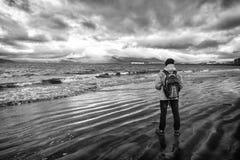 Klaar toeristen het materiaal onderzoekt goed Skandinavisch of noords land Toerist op overzeese achtergrond Warme de slijtage van stock foto