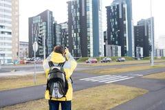 Klaar toeristen het materiaal onderzoekt goed Skandinavisch of noords land Toerist op stedelijke achtergrond Warme de slijtage va stock foto's