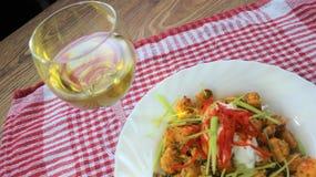 Klaar voor de lunch, de batatenyams in de oven met de kruiden wordt gebakken en de kruiden dat stock afbeeldingen