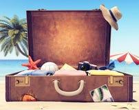 Klaar voor de zomervakantie - Koffer met toebehoren en achtergrondruimte stock afbeeldingen