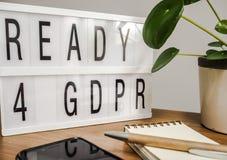 Klaar voor GDPR lightbox op een houten lijst Royalty-vrije Stock Foto's