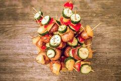 Klaar voor het koken veganistkebabs stock foto's