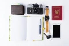 Klaar voor reis geïsoleerde voorwerpen Telefoon, horloges, sleutels, noteboo stock fotografie