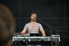 Klaas Janzoons поя и играя клавиатуру живет с диапазоном на фестивале Pohoda, Trencin Deus, Словакией - 8-ое июля 2011 стоковое изображение